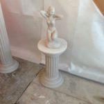 Stuck-Frauenfigur auf Säule